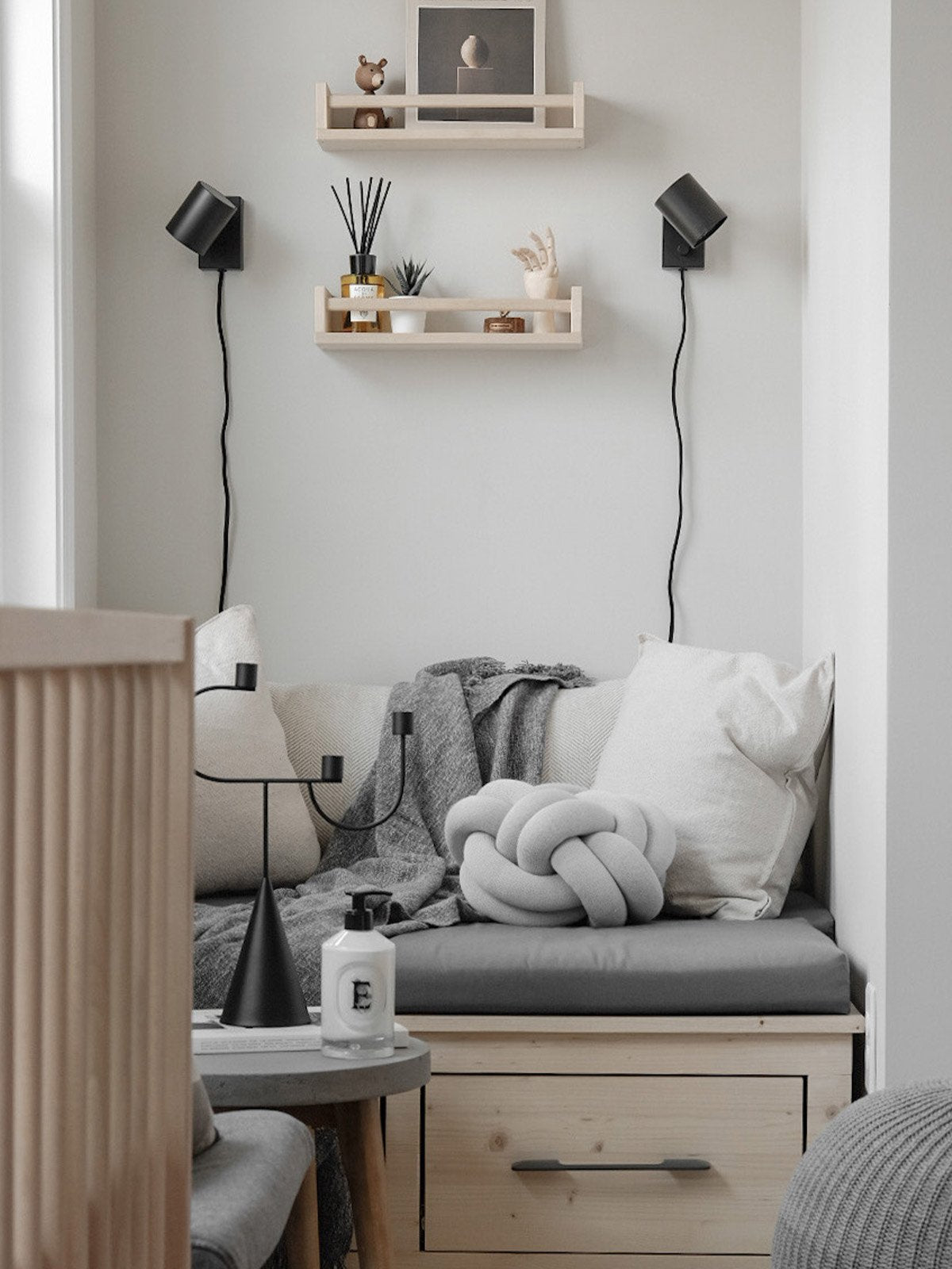 knotcushion_whitegrey_lifestyle1_miljuu.com_vallin_1301-010