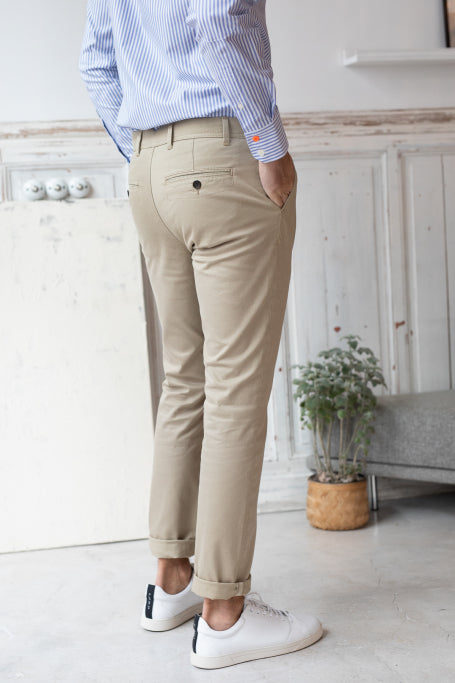 Nice pant for men beige on model side view