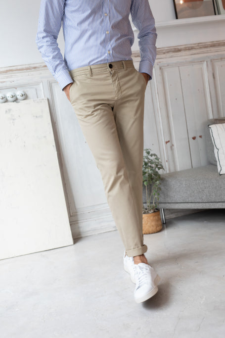 Nice pant for men beige on model walking