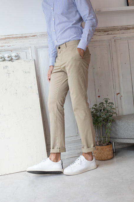Nice pant for men beige on model side