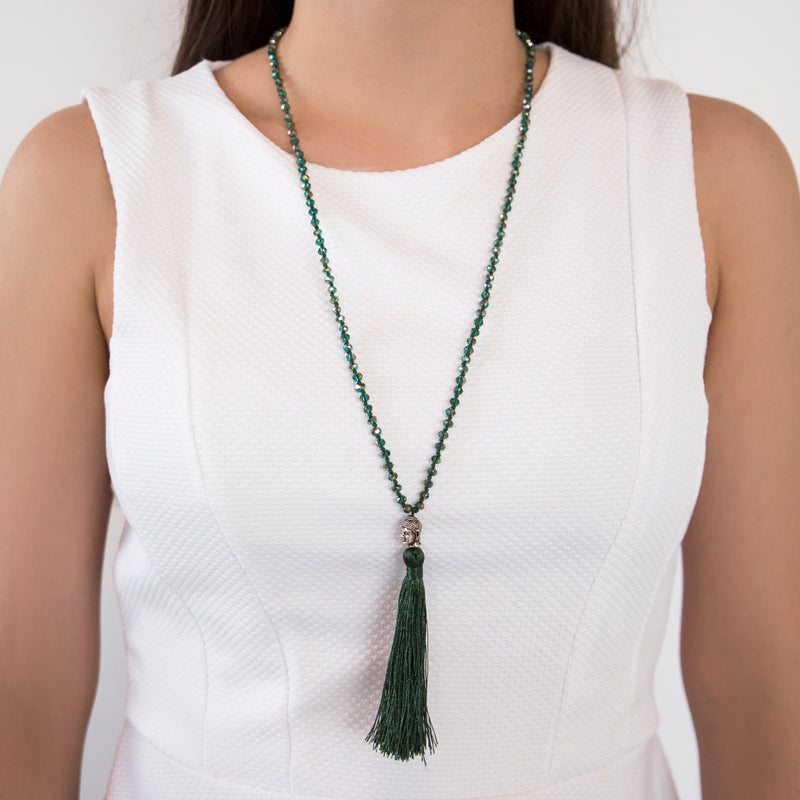 THREAD NECKLACE WITH GREEN TASSLE AND CRYSTALS