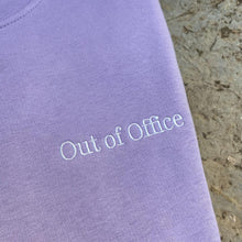 "Laden Sie das Bild in den Galerie-Viewer, ""Out of Office"" Sweatshirt unisex LAVENDEL - rosewood - Minimalistic Homes"
