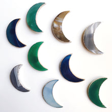 Load image into Gallery viewer, Agate Crescent Moon suspend.it