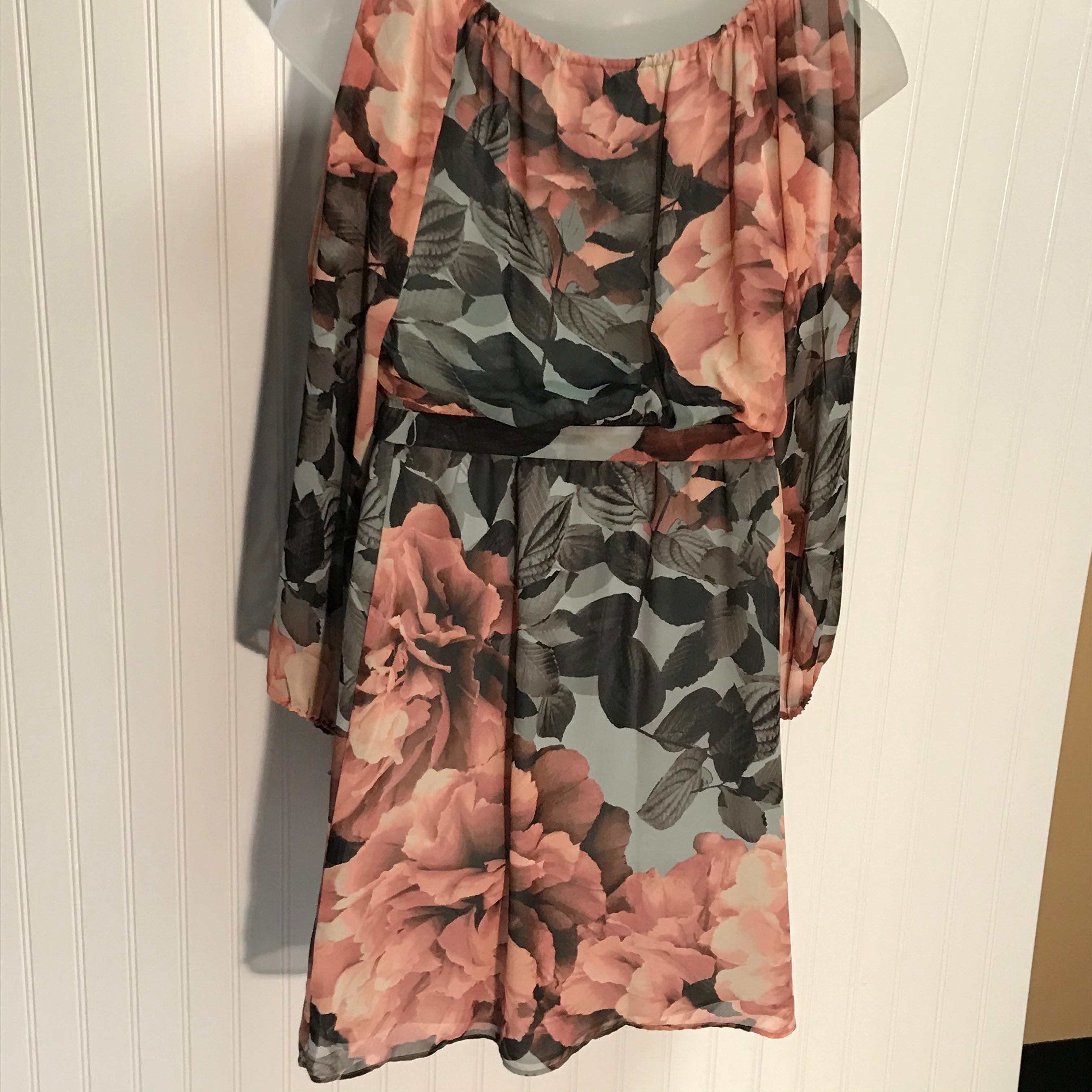 Photo #3 - BRAND: JENNIFER LOPEZ <BR>STYLE: DRESS SHORT LONG SLEEVE <BR>COLOR: BROWN <BR>SIZE: M <BR>OTHER INFO: BROWN PEACH FLOWERED <BR>SKU: 239-23918-37025<BR>SPLIT SLEEVES WITH COLD SHOULDER. SHEER DRAPED FABRIC.