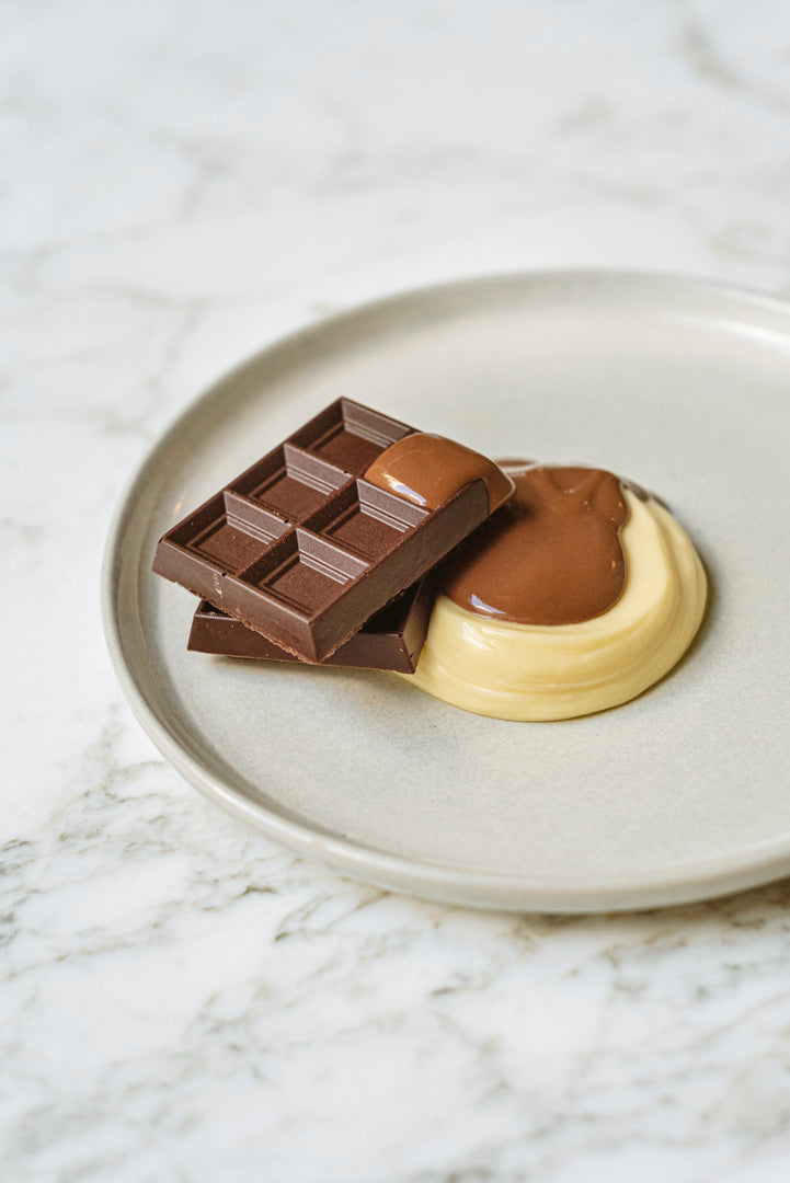 Chocolatinas, mousse de chocolate blanco y salsa de chocolate.