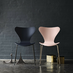 60th Anniversary Series 7 Chairs Dark Blue Pale Pink in Room Arne Jacobsen Fritz Hansen