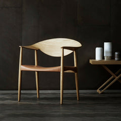 LM92T Metropolitan Chair Oak and Natural Saddle Leather with Folding Table in Room Carl Hansen & Son