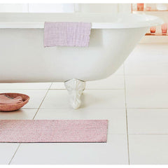 Chilewich Heathered Blush Floor Mat in Bathroom