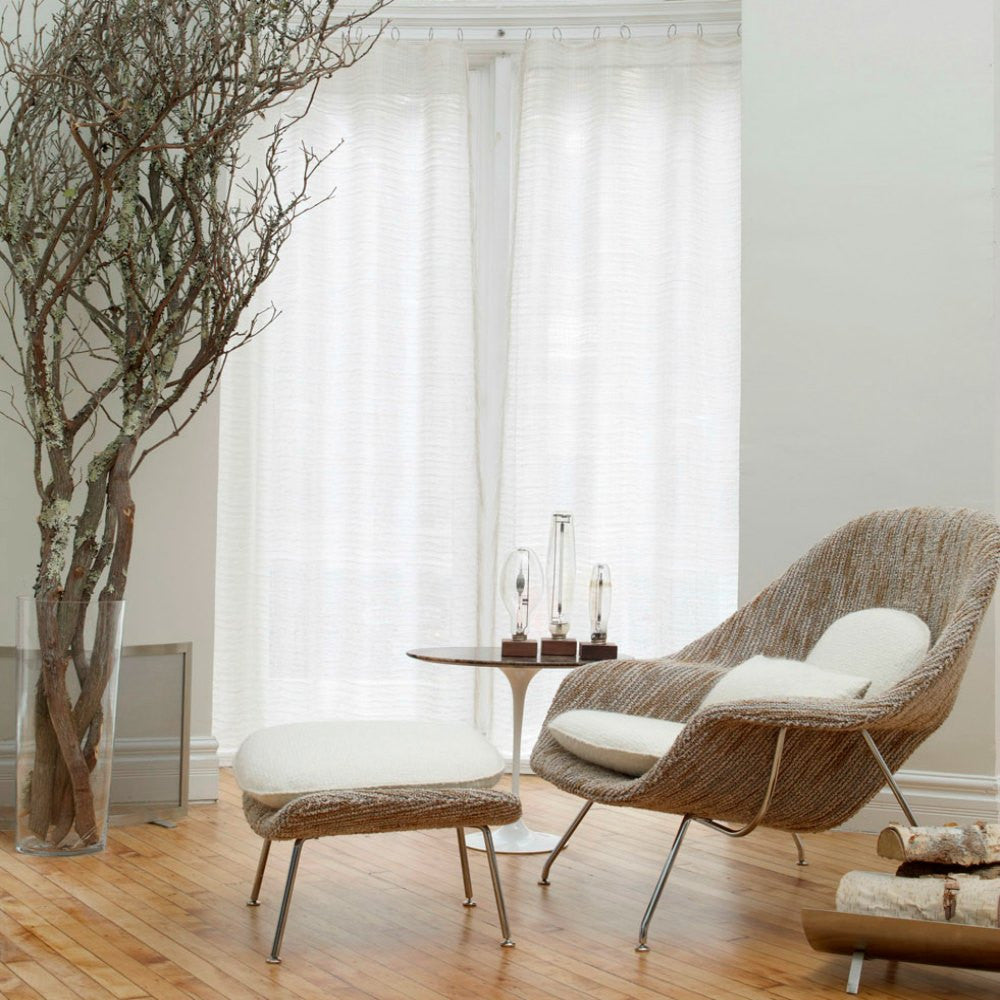 Womb chair living room - Saarinen Womb Chair In Rodarte Upholstery And White Mohair With Tulip Side Table In Room Knoll