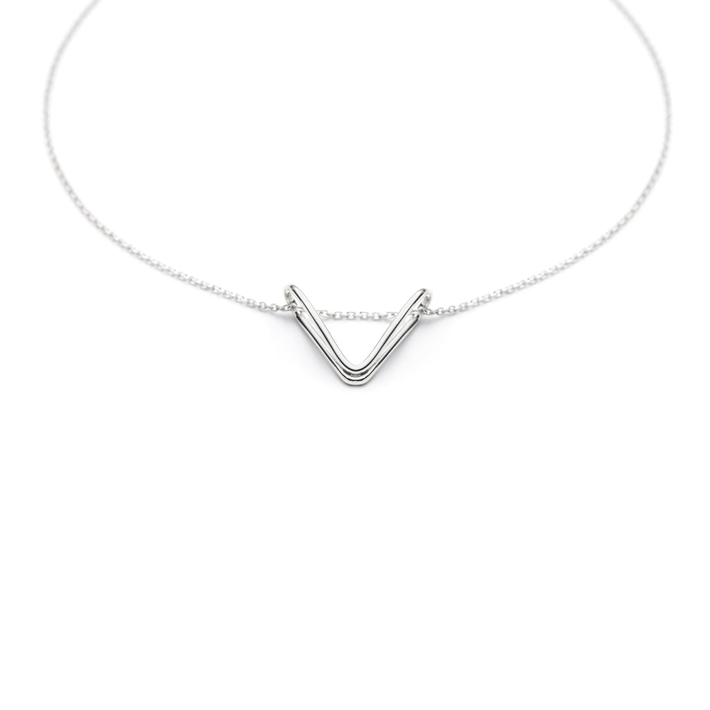 Replie V, minimal triangle pendant necklace in sterling silver