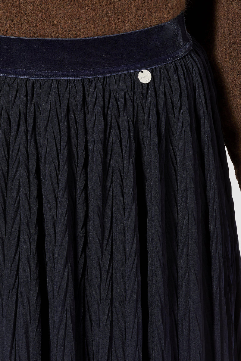 Pleated skirt with herringbone structure