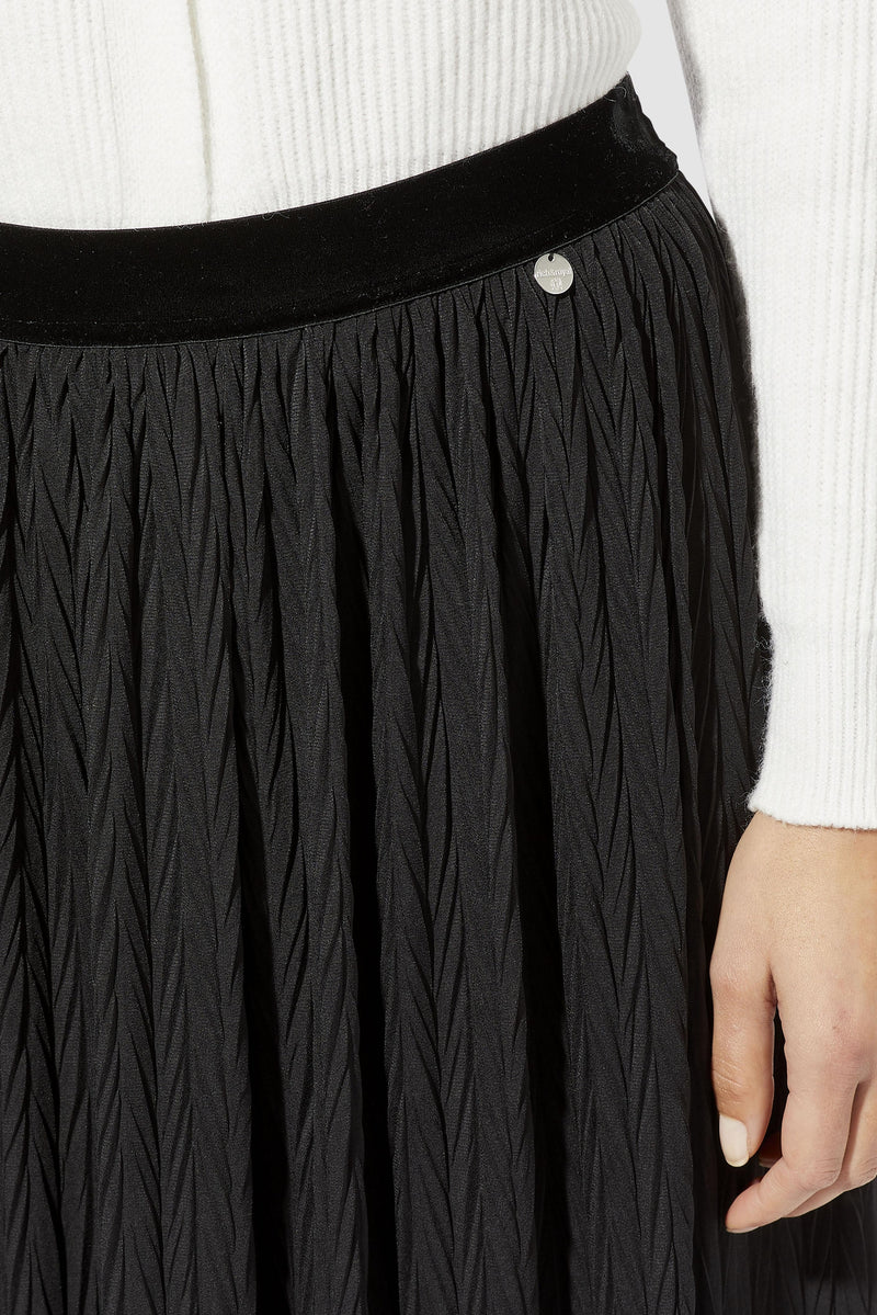 Rich & Royal - Pleated skirt with herringbone structure - detail view