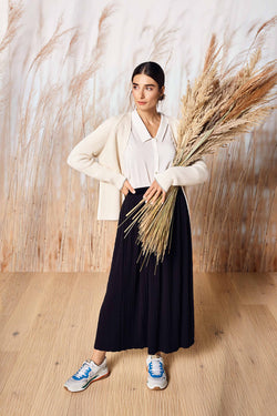 Rich & Royal - Pleated skirt with herringbone structure - campaign image