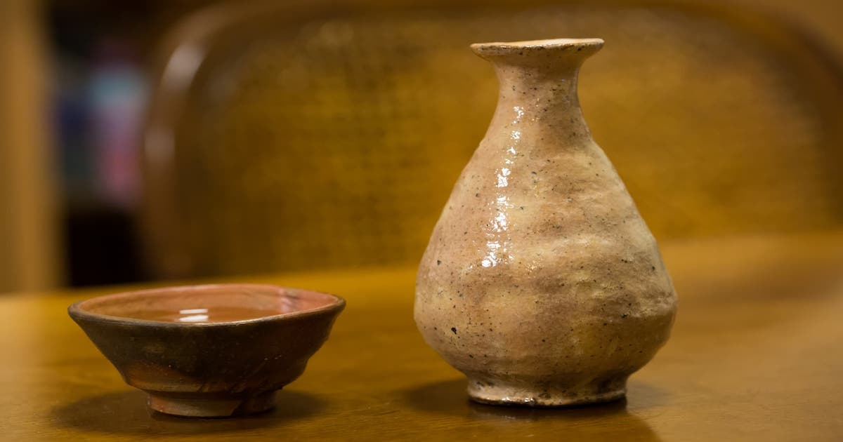 Pottery swallowing and sake bottle