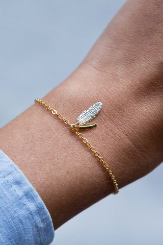 GOLD FEATHER CHARM PENDANT BRACELET
