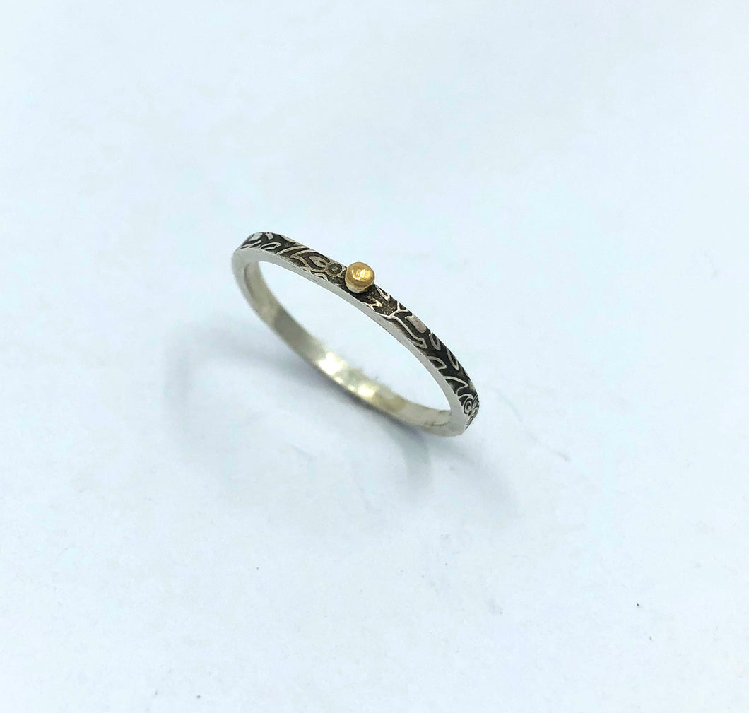 Ring embossed silver and gold