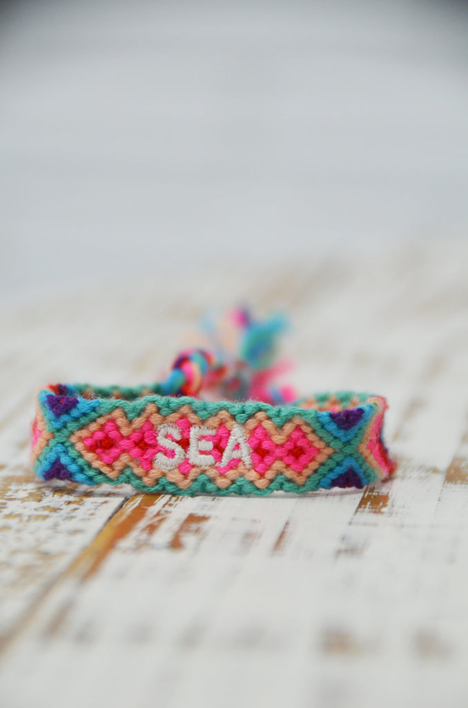 "Pulsera hilo Bordado ""SEA"" fucsia"