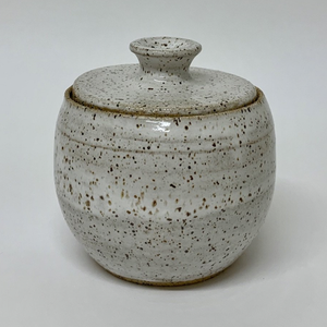 Vessel/container: Oatmeal white vessel – with lid  0021