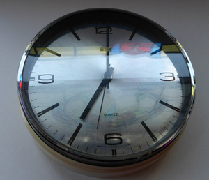 Vintage 1970s METAMEC White Plastic and Chrome Wall Clock. Good Vintage Condition with Second Hand. Battery Operated