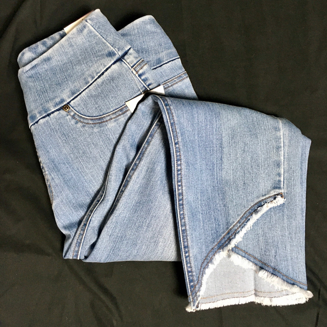 Capri Jeans with cut bottoms