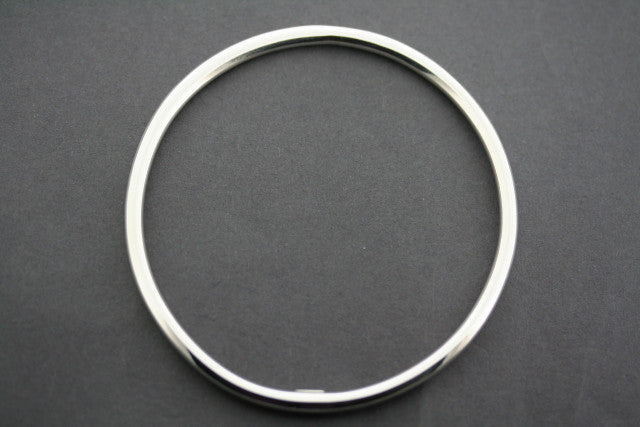 narrow tubular circle bangle