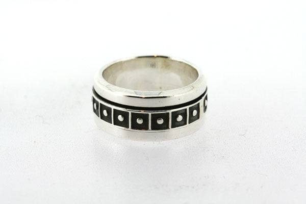 square & dot spinner ring