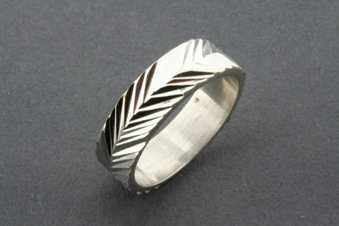arrow diamond cut band
