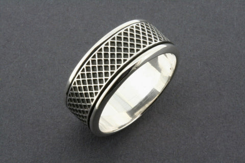 diagonal grid spinner ring