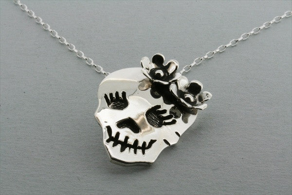 skull & flower pendant on 50cm oval link chain