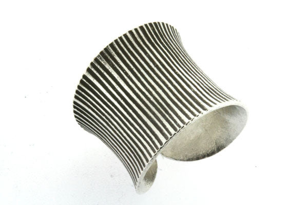 concave vertical stripe ring