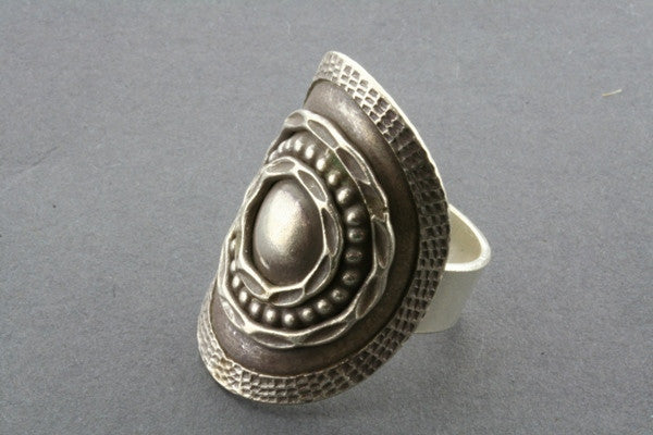 oval detailed curved ring