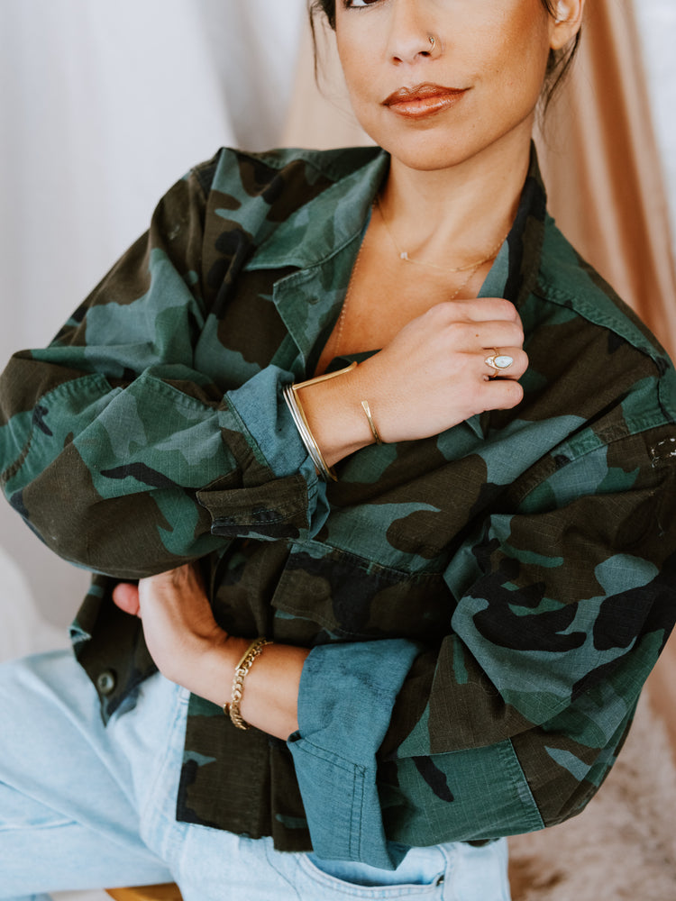 Load image into Gallery viewer, Cropped camo shirt