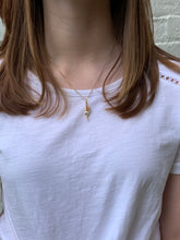 "Load image into Gallery viewer, 18"" Gold Pea Pod Necklace"