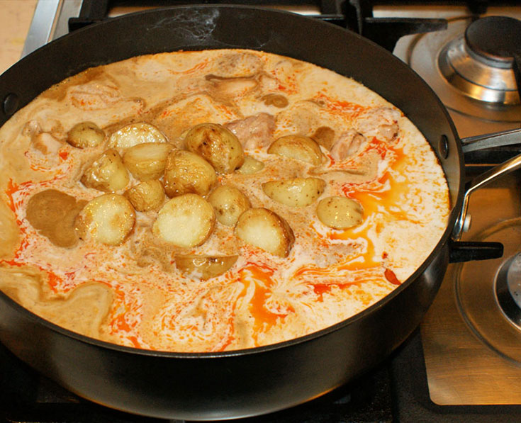 Massaman curry add chicken and potatoes