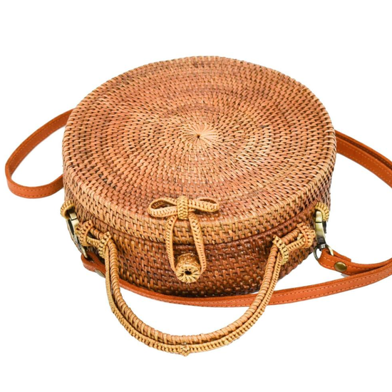 Circle bag in straw rattan with a bow closure