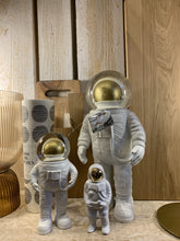 Lade das Bild in den Galerie-Viewer, Summerglobe The Astronaut - Schmidt's Papeterie