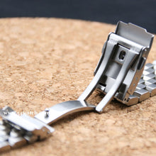 Carica l'immagine nel visualizzatore di Gallery, 20mm SUPER Engineer Type II Stainless Steel Straight End Metal Watch Bracelet