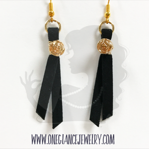 Leather earrings with rose, black