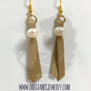 Leather earrings with pearl, gold glitter