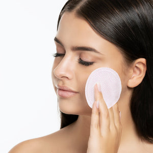 Model using the VIP 7-second Luxury All-Day mask pad