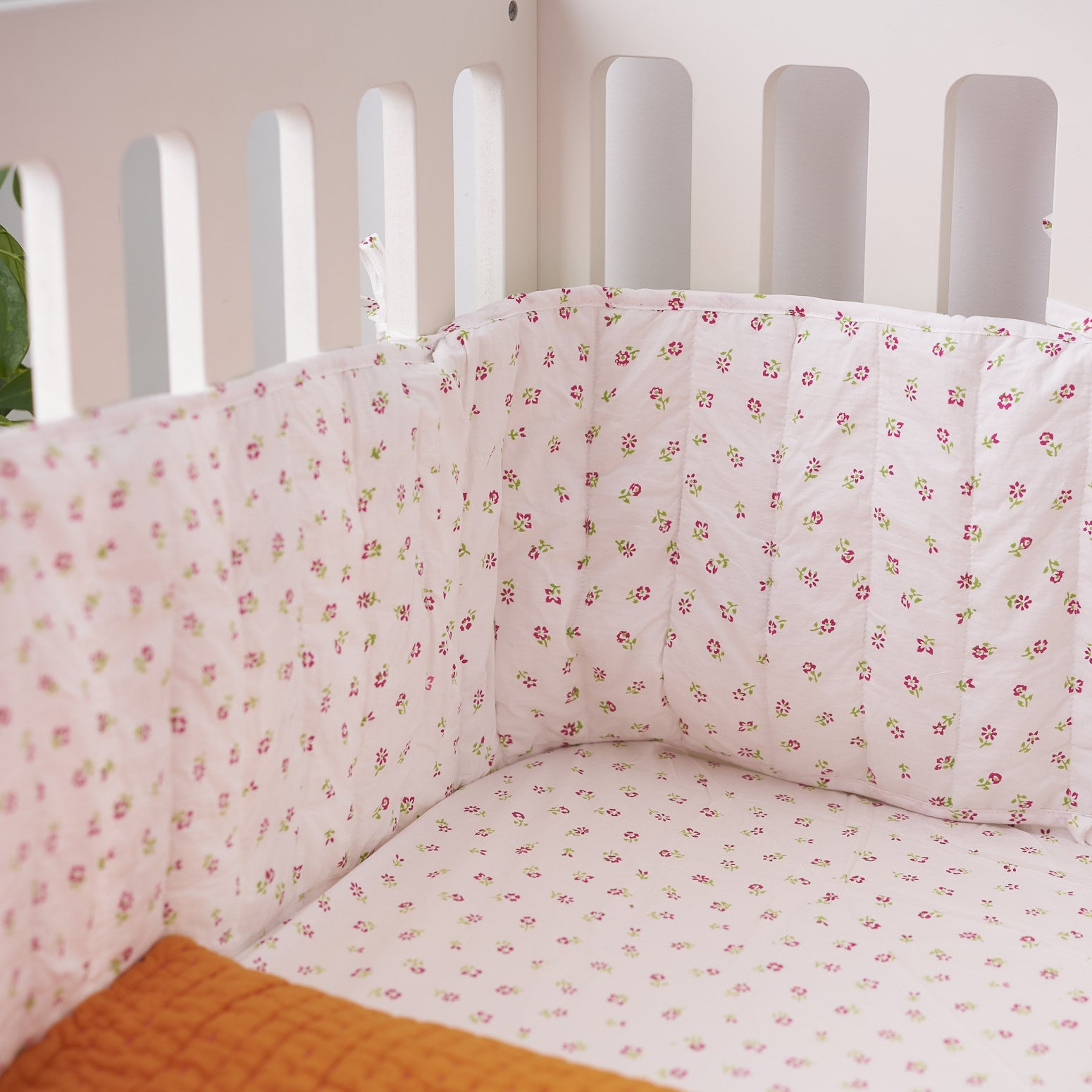 Scattered floral cot bed bumper