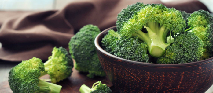 There are numerous benefits of eating broccoli and one of its most appealing benefits is its ability to prevent and suppress the spread of cancer.