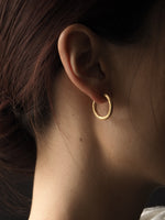 Load image into Gallery viewer, GOLD SATINE HOOP EARRINGS • M