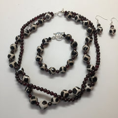 BLACK & WHITE AGATE WITH GARNET NECKLACE