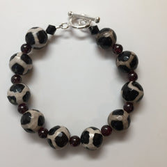 BLACK & WHITE AGATE WITH GARNET BRACELET