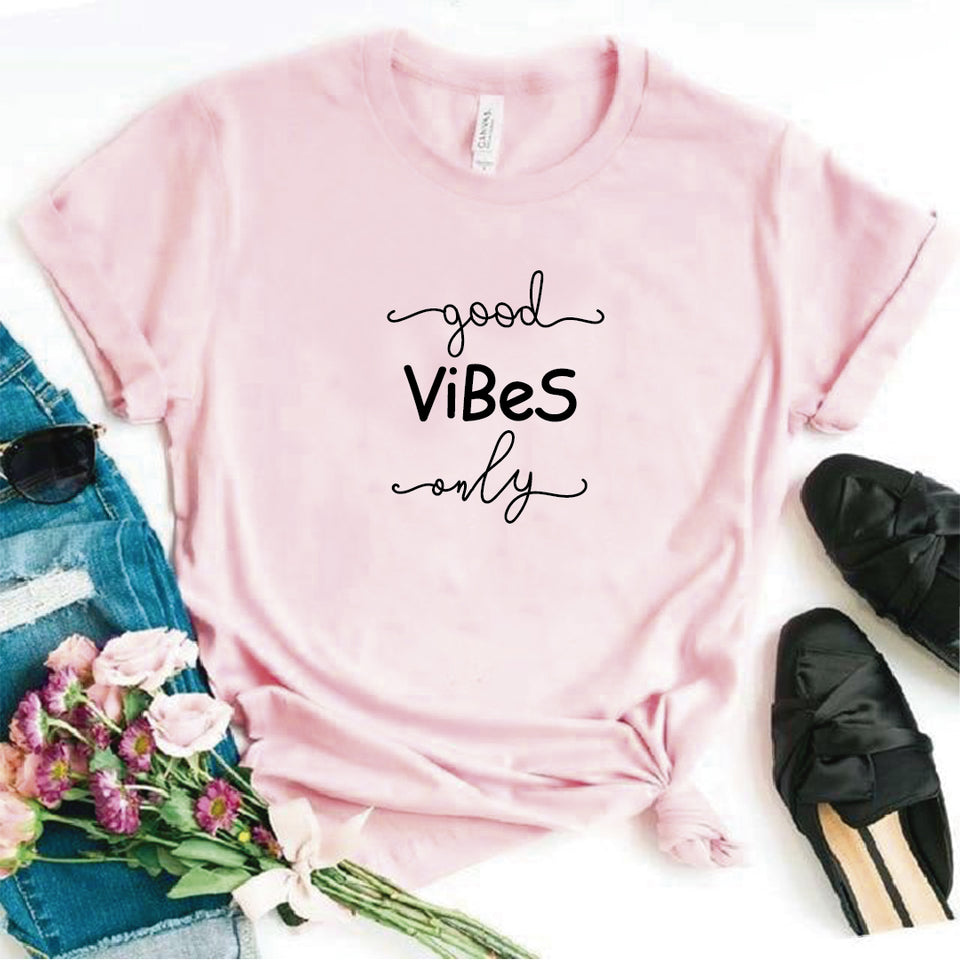 Camisa estampada  tipo T-shirt Good vibes only cursivo