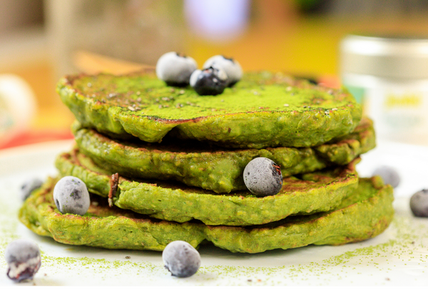 How to Make Banana Spinach Matcha Pancakes - Junbi