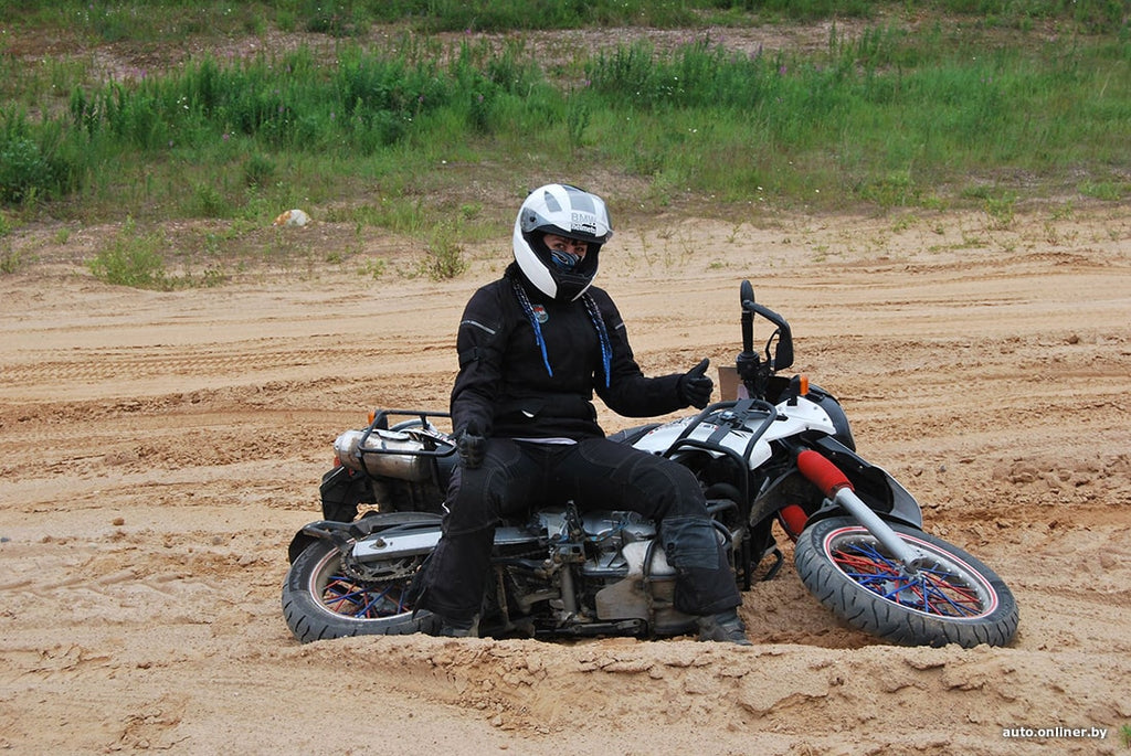 the girl was trained in off-road driving, learned to ride on the sand and raise a motorcycle