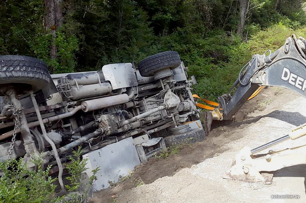 Trying to stretch out on a narrow road with a bus, the truck capsized and flew into a ditch
