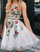 Load image into Gallery viewer, White Lace V Neck Homecoming Dresses with Floral Print Backless Short Prom Dresses H1259